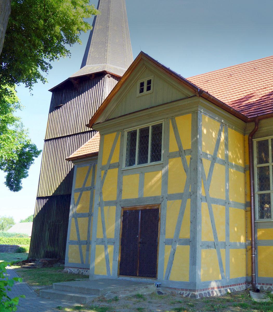 Nach fast dreijähriger Bauzeit ist die frisch sanierte Fachwerkkirche in Groß Teetzleben wieder der strahlende Mittelpunkt des Dorfs
