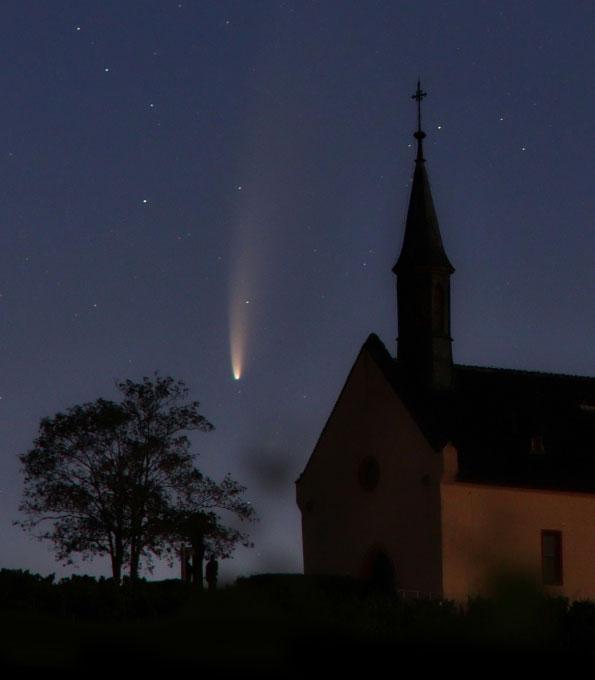 Komet C/2020 F3 (NEOWISE) über der Klausenbergkapelle Abenheim