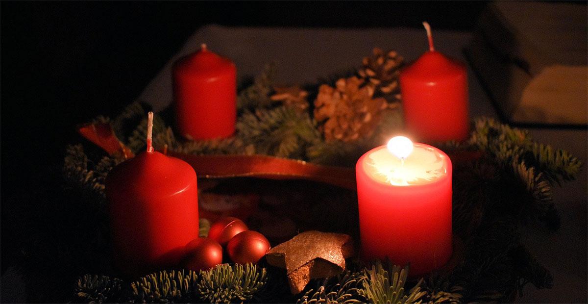 Am Adventskranz brennt die erste Kerze