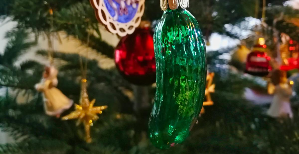 Weihnachtsgurke am Weihnachtsbaum