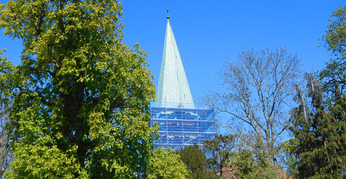 Südansicht der Dorfkirche Spornitz mit eingerüstetem Turmschaft
