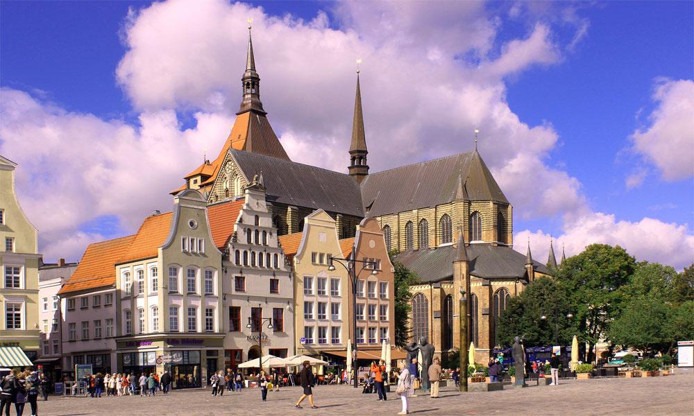 Marktplatz%20in%20Rostock%2C%20im%20Hintergrund%20die%20St.-Marien-Kirche
