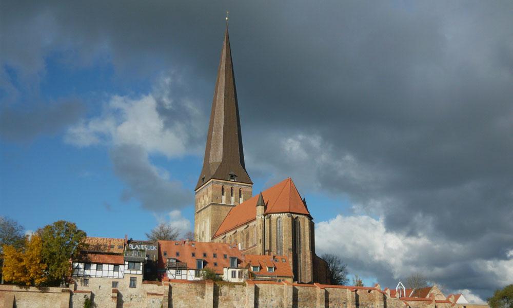 St.-Petri-Kirche%20und%20alte%20Stadtbefestigung
