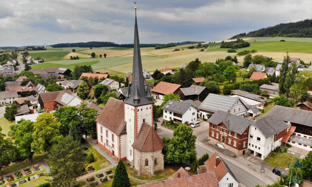Fechheim%20liegt%20idyllisch%20im%20Coburger%20Land%2C%20die%20Michaelskirche%20steht%20im%20Mittelpunkt.