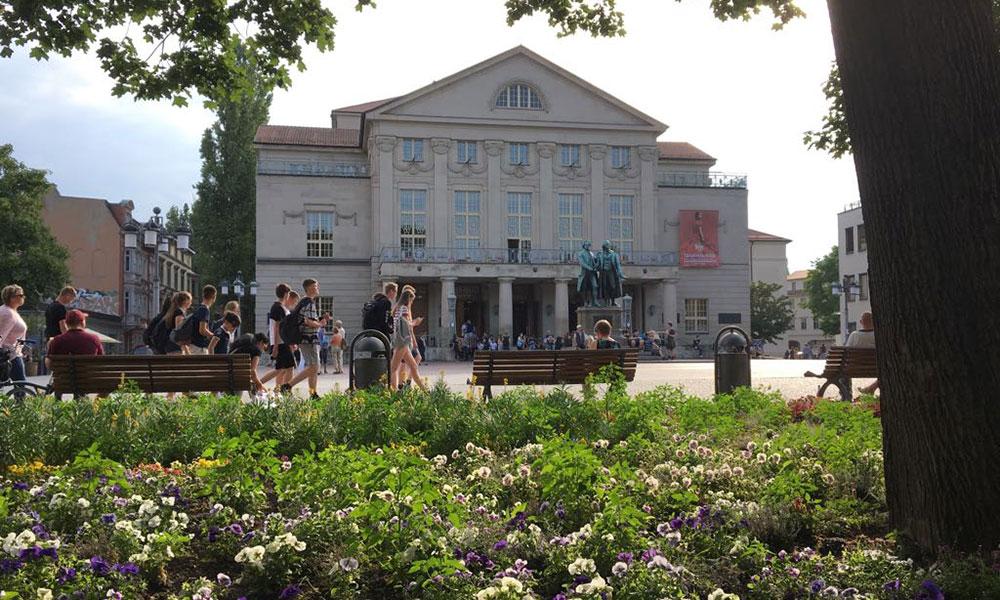 Goethe-Schiller-Denkmal%20vor%20dem%20Deutschen%20Nationaltheater